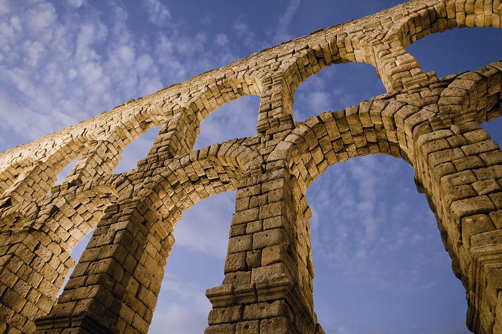 Acueducto, Por David Corral Gadea (Trabajo propio) [CC BY-SA 3.0 es (http://creativecommons.org/licenses/by-sa/3.0/es/deed.en)], undefined